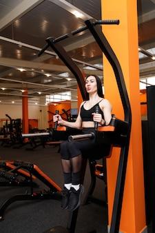 매력적인 여자는 체육관에서 언론을 착취