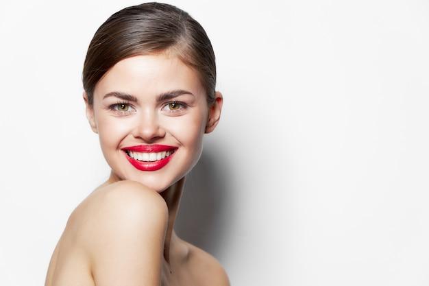 매력적인 여자 어깨 미소 깨끗한 피부 복사 공간 밝은 메이크업 배경
