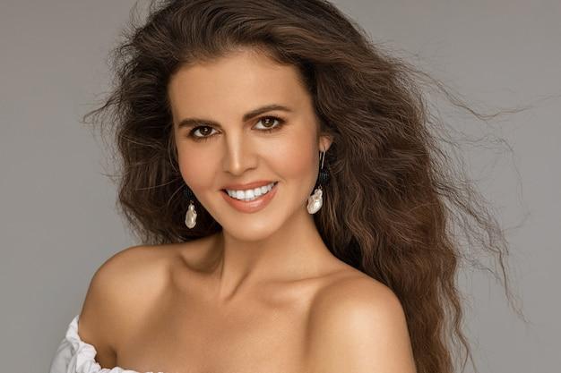 Привлекательная женщина, показывая зубы в улыбке