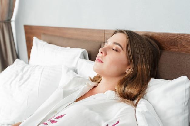 호텔 방에서 침대에서 자고 매력적인 여자