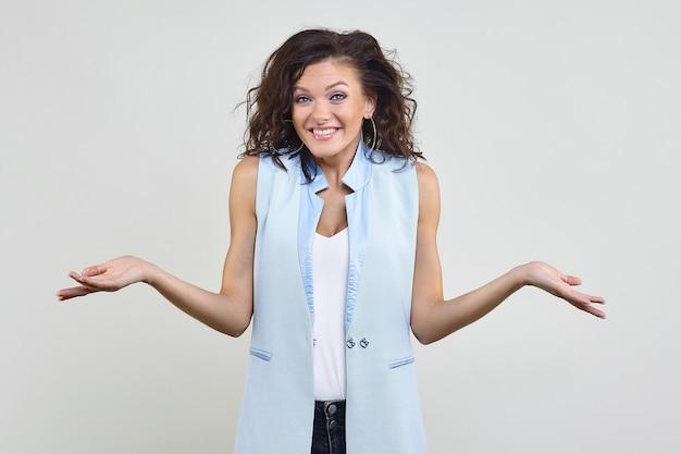 Привлекательная женщина с улыбкой развела руками