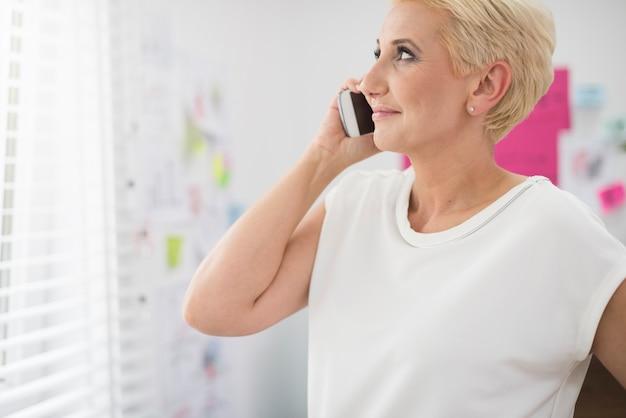 電話で話している魅力的な女性