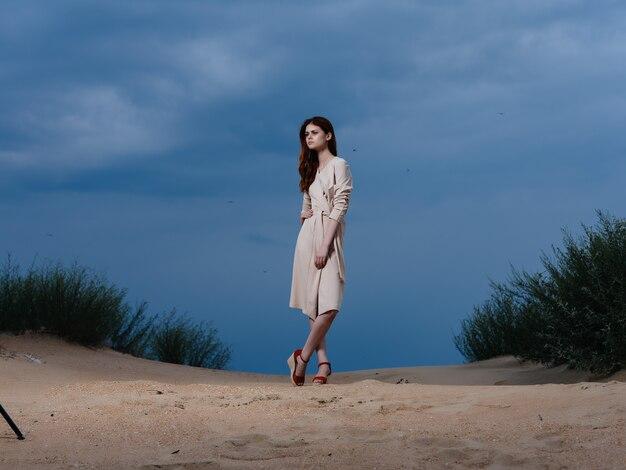 魅力的な女性がビーチに沿って歩く砂熱帯ライフスタイルファッション