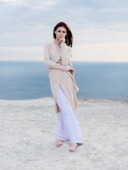 魅力的な女性がビーチに沿って歩く砂熱帯モデル旅行