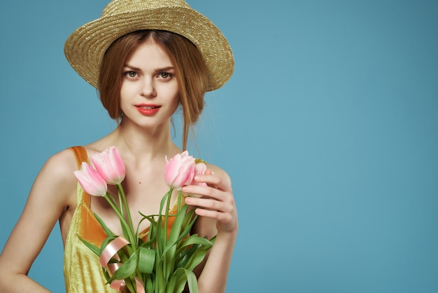 帽子の花の装飾の夏の休日を身に着けている魅力的な女性