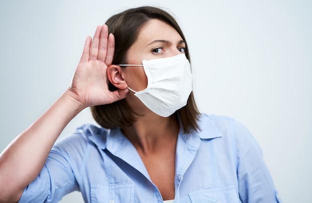 흰색 배경 위에 절연 보호 마스크를 쓰고 매력적인 여자