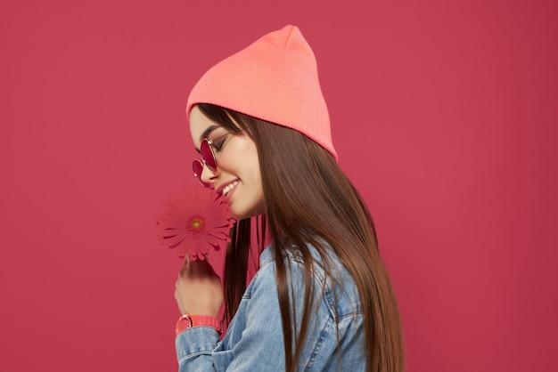 サングラスをかけている魅力的な女性ピンクの花の魅力の豪華なメイク