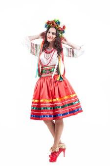Привлекательная женщина носит украинское национальное платье, изолированное на белом фоне