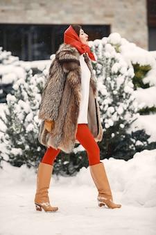 Donna attraente nell'orario invernale all'aperto
