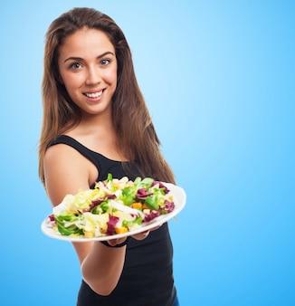 サラダのプレートと魅力的な女性