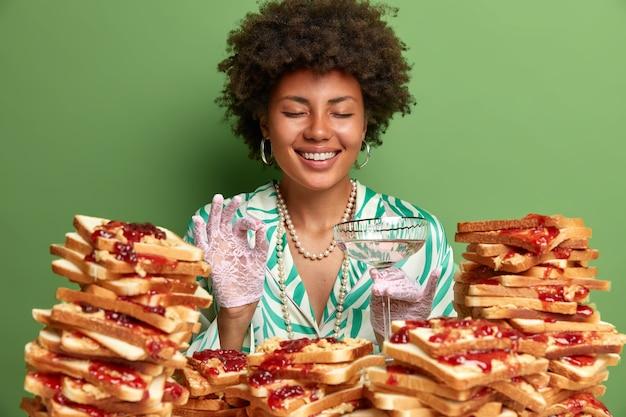 땅콩 버터 젤리 샌드위치로 둘러싸인 아프로 머리를 가진 매력적인 여자