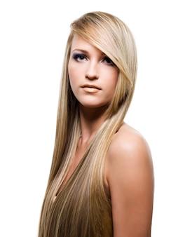 Привлекательная женщина с длинными волосами красоты