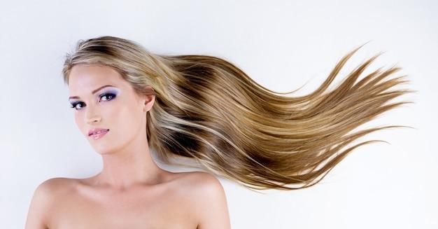 美しさの長い毛を持つ魅力的な女性
