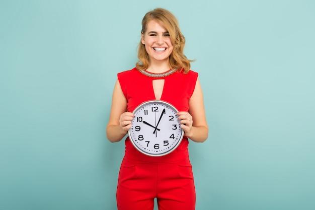時計を持つ魅力的な女性