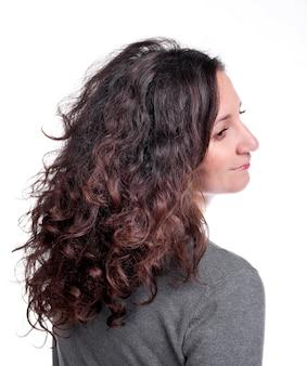 흰색 바탕에 곱슬 머리를 가진 매력적인 여자