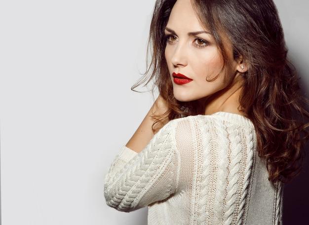 毎日の化粧、脇を見て、白い背景で隔離の魅力的な女性