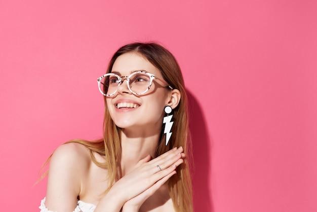 メガネイヤリングファッション孤立した背景を持つ魅力的な女性