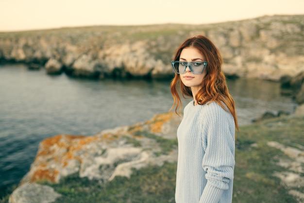 自然とロッキー山脈の風景の贅沢に眼鏡をかけた魅力的な女性