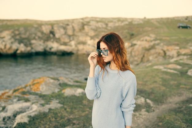 自然とロッキー山脈の風景の贅沢に眼鏡をかけて魅力的な女性