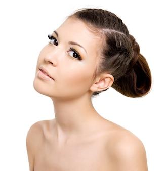 ピグテールの髪型を持つ魅力的な女性。空白の上