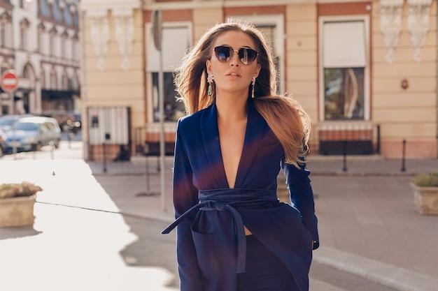 Donna attraente con capelli lunghi che posano in città