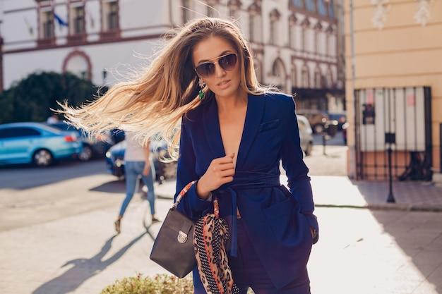 街でポーズをとる長い髪の魅力的な女性