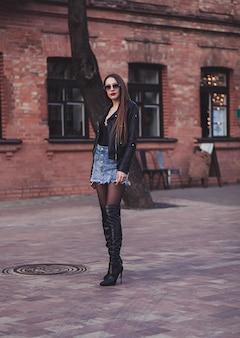 長い脚を持つ魅力的な女性
