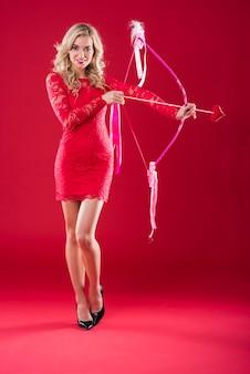 핑크 큐피드 화살을 가진 매력적인 여자