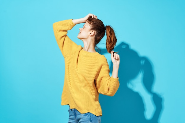 매력적인 여자 노란색 스웨터 스튜디오 격리 된 배경
