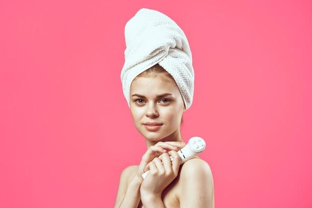 손 피부 관리에 머리 마사지에 벌거 벗은 어깨 수건에 매력적인 여성