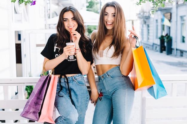 Привлекательные женщины с молочными коктейлями
