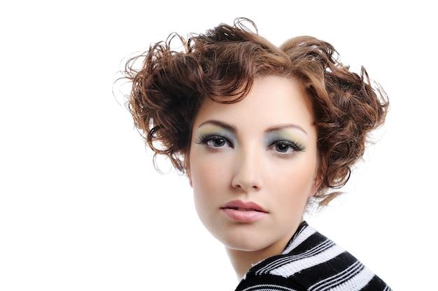 巻き毛の髪型を持つ魅力的な若い大人の女性-白で隔離