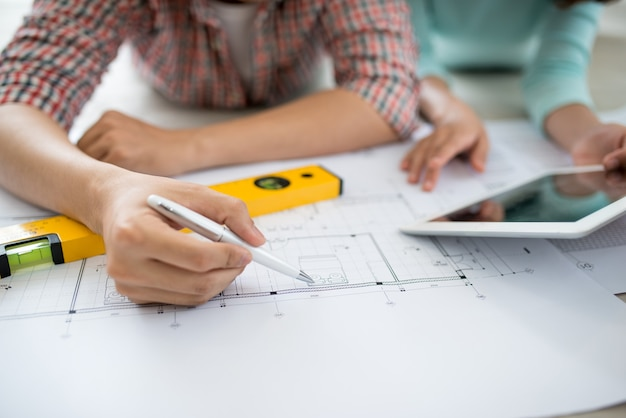 집 계획을 보고 매력적인 젊은 아시아 성인 부부.