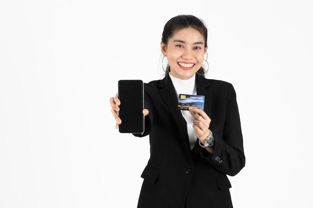 스마트 폰을 보여주는 매력적인 젊은 아시아 비즈니스 우먼