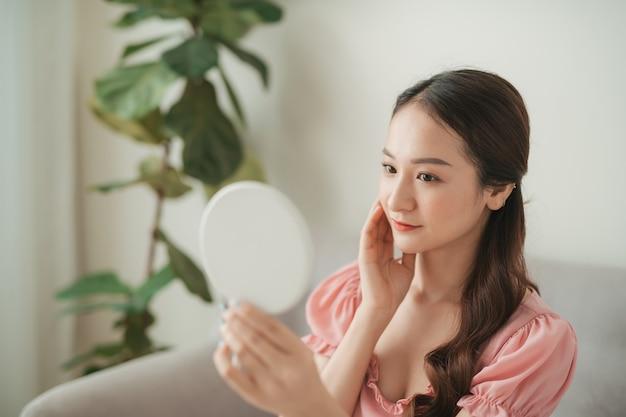 거실에 고립 된 매력적인 젊은 아시아 여자