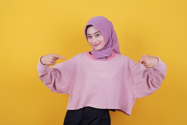 Привлекательная молодая азиатская женщина любит удивительную идею, глядя вверх, с указательным пальцем указывая на футболку