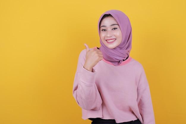 Привлекательная молодая азиатская женщина с зубастой нежной улыбкой показывает белые зубы, дает выражение любви