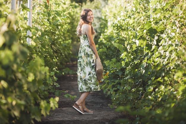 해바라기 부케와 매력적인 젊은 금발 여자. 알레르기 무료 개념. 여름에 꽃과 여성입니다.