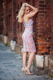 屋外でポーズをとる魅力的な若いブロンドの女性リヴィウ