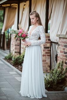 Привлекательная молодая невеста в свадебном платье
