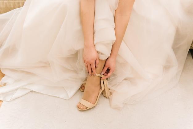 매력적인 젊은 신부 신발 결혼식. 아침 신부