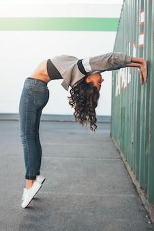 매력적인 젊은 갈색 머리 여자 거리 댄서 체조 훈련