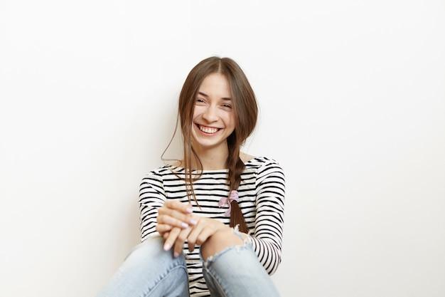 魅力的な若い白人女性は自宅で週末を過ごすカジュアルな服装