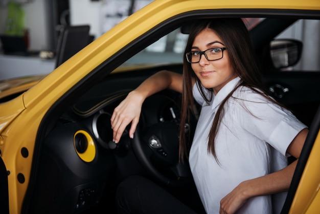 Привлекательная кавказская молодая женщина