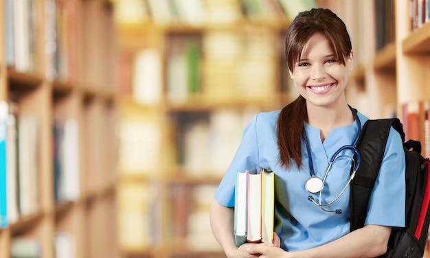 背景に魅力的な若い女性医師の学生