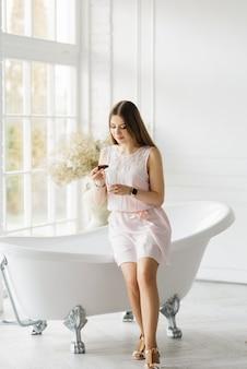 お風呂、スパ、美容、レクリエーション、美容院の近くの薄手のドレスを着た魅力的な若い女の子