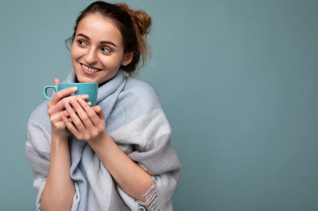 따뜻한 블루 스카프를 입고 매력적인 젊은 행복 웃는 갈색 머리 여자