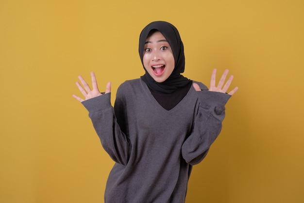매력적인 젊은 아가씨 여자 캐주얼 t 셔츠를 사용하여 깜짝 얻을