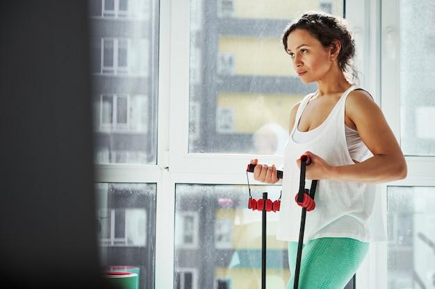 하네스 운동 건강한 몸매와 매력적인 젊은 라틴 아메리카 여자