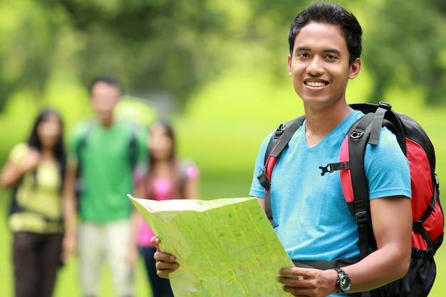 地図でハイキング魅力的な若い男